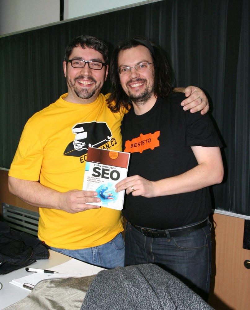 Michal Kubíček a Láďa pózují po přednášce s knihou